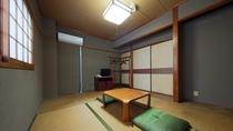 *【部屋(トイレ付き和室6畳)】昔ながらの造りで古さが残るところも見受けられます。