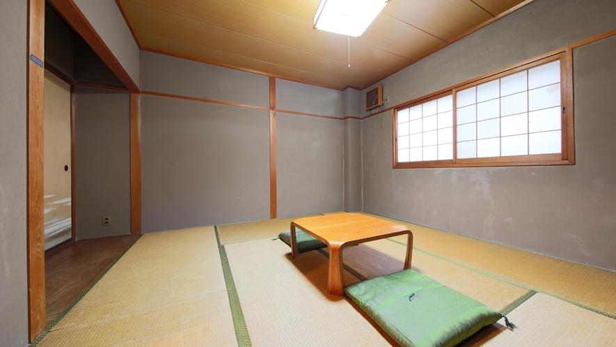 *【部屋(トイレ付き和室8畳)】昔ながらの造りで古さが残るところも見受けられます。