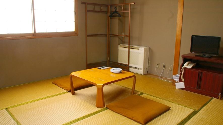 *静かでほっと落ち着く和室。昔ながらの造りで古さが残るところも見受けられます。お1人様からご利用頂け