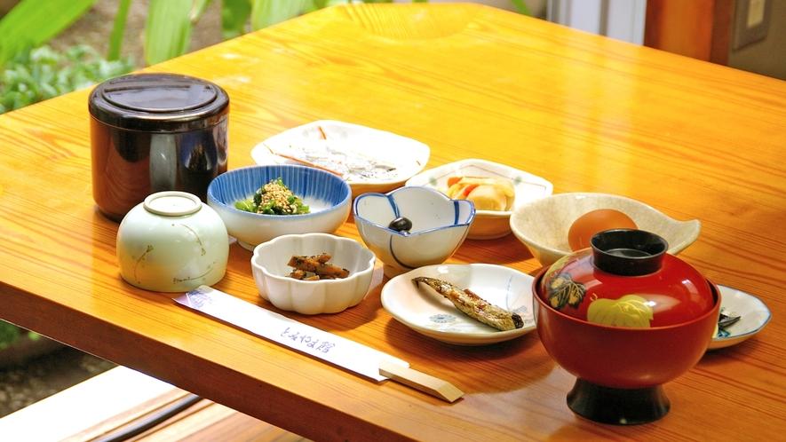 *日替わり和定食をご提供(ご飯/みそ汁/いわし甘露煮/和え物/ひじき など…)