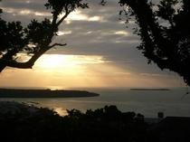夕日と瀬底島