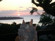 テラスからの夕日とシーサー
