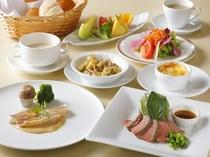 清々しい海を眺めながら、栄養満点の朝食をどうぞ