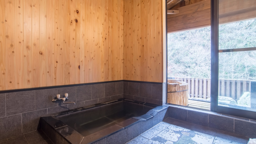 *【内風呂】石タイルと磁器タイルでつくられたモダンなお風呂。