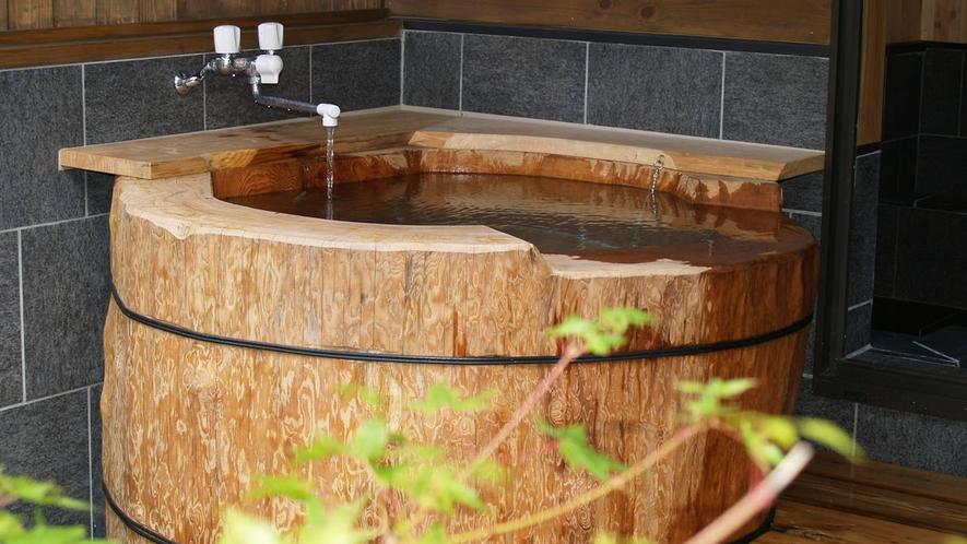 *【丸太風呂】巨大な栂の木をくりぬいたお風呂です。