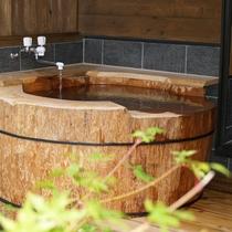 【丸太風呂】巨大な栂の木をくりぬいたお風呂です。