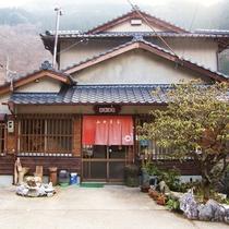 *【外観】山女魚荘へようこそ!都会の喧騒をしばし忘れて、くつろぎのひと時をお楽しみください。