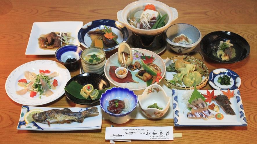 *【夕食一例】山女料理を中心としたお料理です。地元で採れた山菜もたっぷり使用しています!