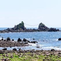 **【名勝三ツ石海岸】かながわ景勝50選にも選ばれており、シュノーケリングや磯遊びが楽しめます。
