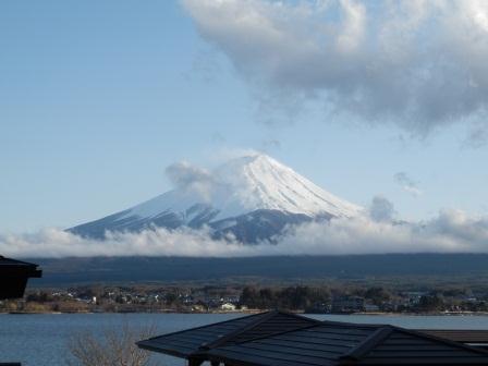 コテージ戸沢センターより眺めた、傘雲を纏う富士山