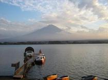 コテージ戸沢センターからの10月夕暮れの富士と湖