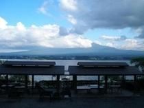 B型コテージから見た、BBQハウスと富士山