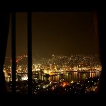 スィートルームからの夜景長崎港を一望できる大パノラマ。バスルームからも夜景を楽しめる。