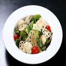カリカリ蓮根とカリブロのサラダ