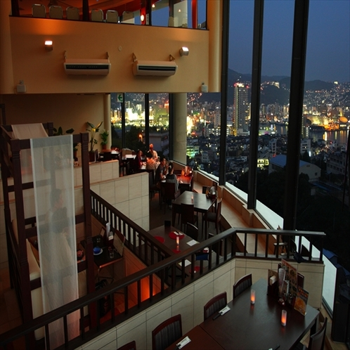 夜には大パノラマに夜景が煌めく展望レストラン『ロータス』アジアンリゾートの雰囲気が漂う。
