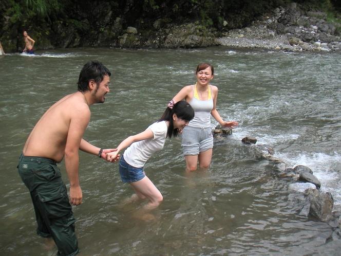 大人も川遊び