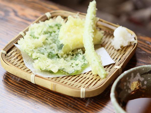 採れたての山菜は、香り豊かな天麩羅となります。