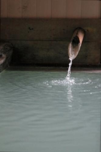 無色の源泉が白濁の湯へと生まれ変わる瞬間
