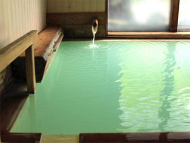 白濁した湯は、光の加減でエメラルドグリーン輝きます。