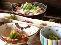 素朴な山菜と美しい色彩の器tのバランスは絶妙