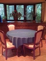 丸い食堂テーブル