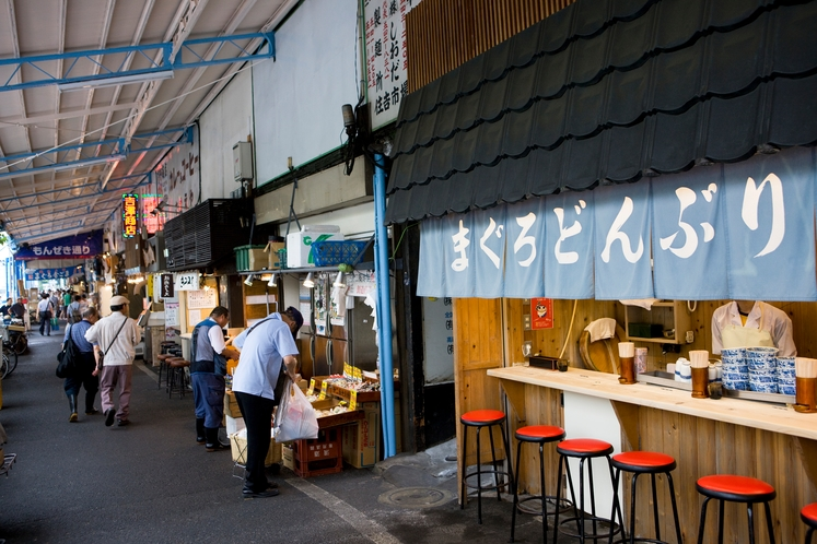 築地・場外市場には朝早くから行列ができるお店も