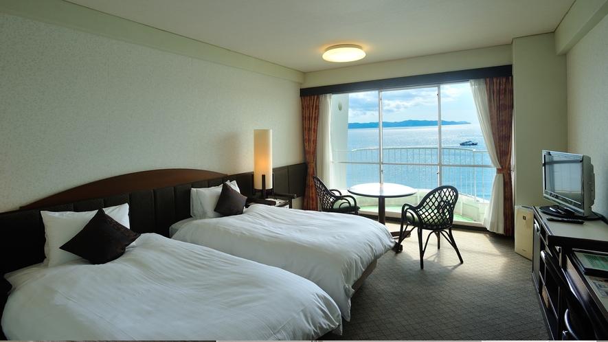 【スタンダードフロア】海側洋室。広さ24.6平米。3名ご利用時はエキストラベッドでの対応となります。