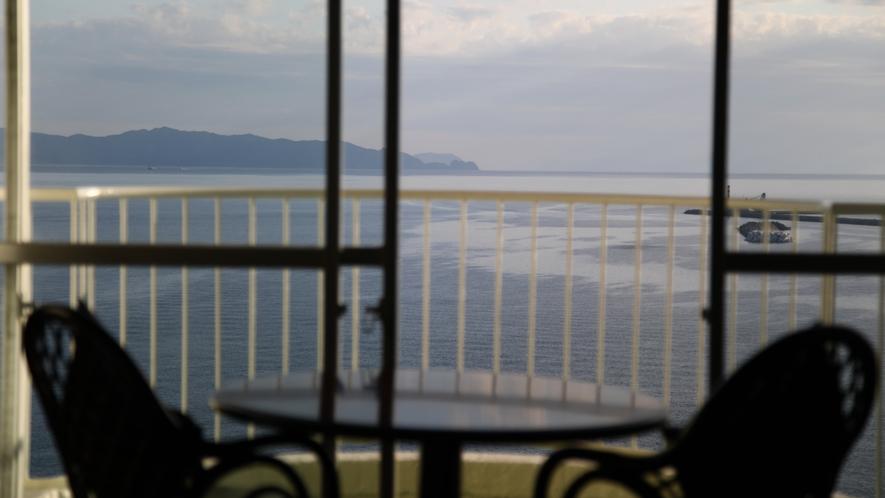 【ハイフロア】海側洋室。窓を開けると心地良い風が吹き抜けます。
