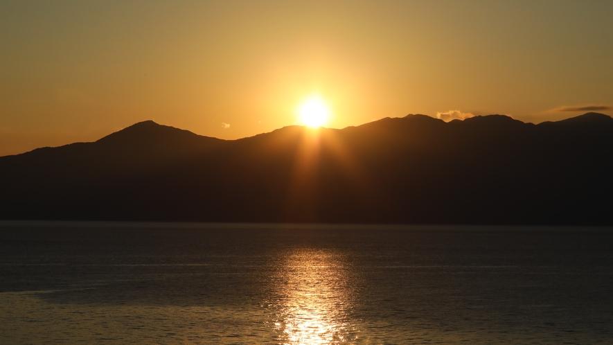 大隅半島から登る朝日 朝日とは、朝、東から登ってくる太陽及びその光である。 レストランの前庭から見れ