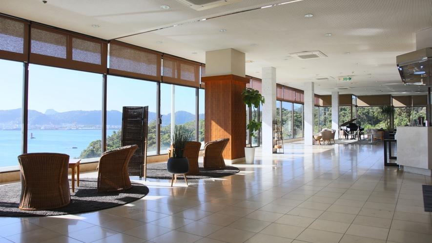 ようこそ指宿ロヤルホテルへ。BGMと一緒に目の前に広がる海を楽しみください。