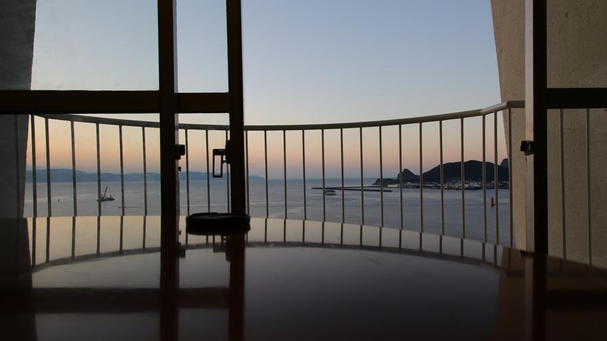 夜明けの錦江湾 お客室から見える美しい夜明けの錦江湾。