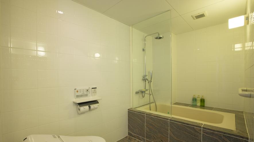 【デラックスフロア】海側和洋室。白を基調とした広々と明るいバスルーム。