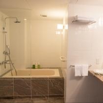 【デラックスフロア】和洋室 ★ 白を基調とした広々と明るいバスルーム。