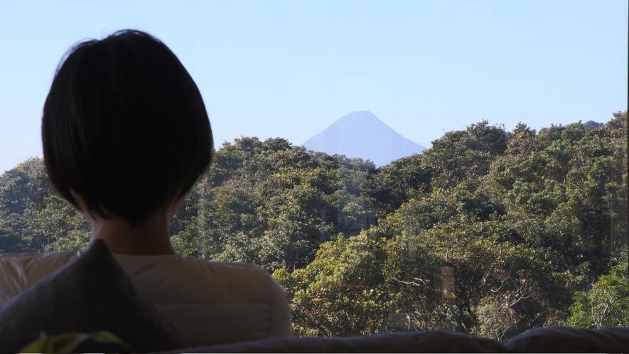 ロビーからの開聞岳 薩摩富士とも呼ばれ、標高が924mで日本百名山の一つはホテルロビーから見えます。