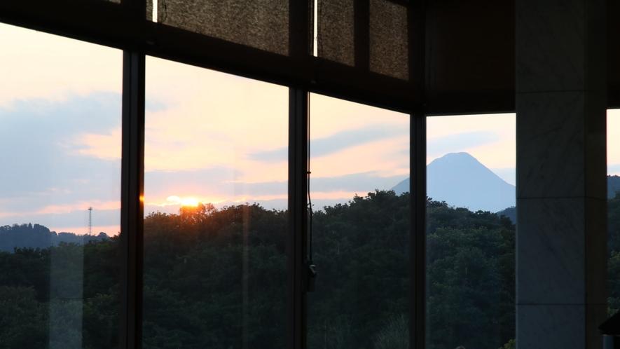 薩摩富士とも呼ばれ,標高が924mで日本百名山の一つ 開聞岳 ホテルロビーからご覧になれます。