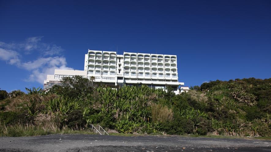 IBUSUKI ROYAL HOTEL  小高い丘の上に建つ指宿ロイヤルホテル。錦江湾の先、佐多岬ま