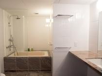 【デラックスフロア和洋室】白を基調とした広々と明るいバスルーム。