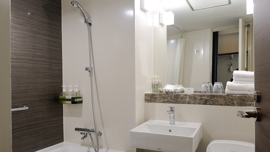 【スタンダーフロア】海側洋室、洗面。リフォームしたばかりのバストイレです。