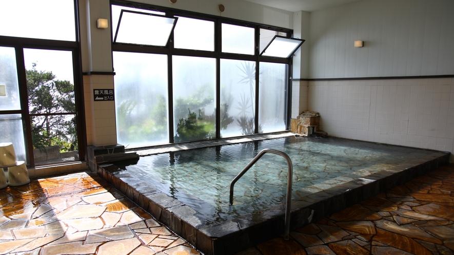 【大浴場(男性)】 体の脂肪分などが毛穴をふさいでいるので、まず体をきれいに洗ってから温泉をお楽しみ