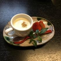 自家製白ごまプリンと季節のフルーツ