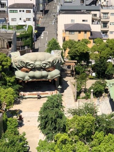 ホテルの裏には「縁結びの神様」大獅子舞で有名な八阪神社
