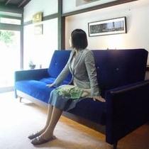 ◆ソファ◆廊下にある大きなソファ、昔のものと思えない青さ。