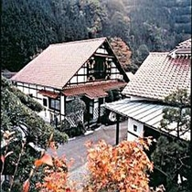 天城の里の民芸の宿。お庭から別館を望む