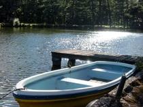 映山湖では手漕ぎボートが楽しめます。(春~夏)