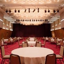【大ホール】最大400名で利用できる大ホールは、シアター付き。会議や研修、映画鑑賞にも。
