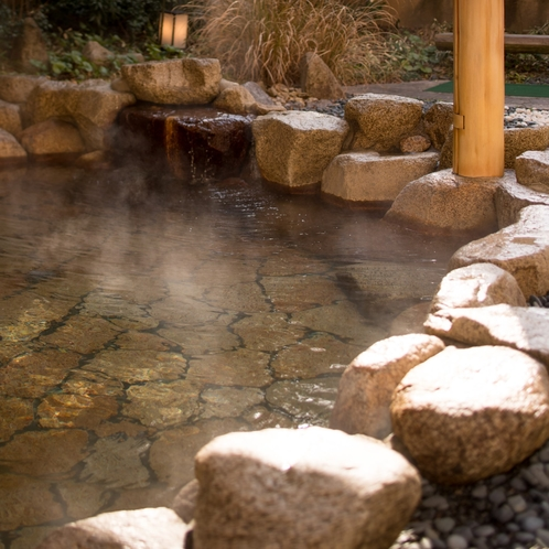 【露天風呂】弱アルカリ性の温泉は、なめらかな湯触りが好評です。