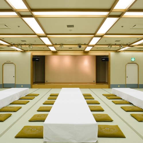 【宴会場 中】最大96名でご利用いただける「嵐山」のお部屋は、ご慶事やお祝いごとにもぴったりです。