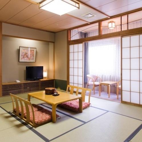 【和室12畳+広縁】5階にございますので、窓からは開放的な景色がお楽しみいただけます。