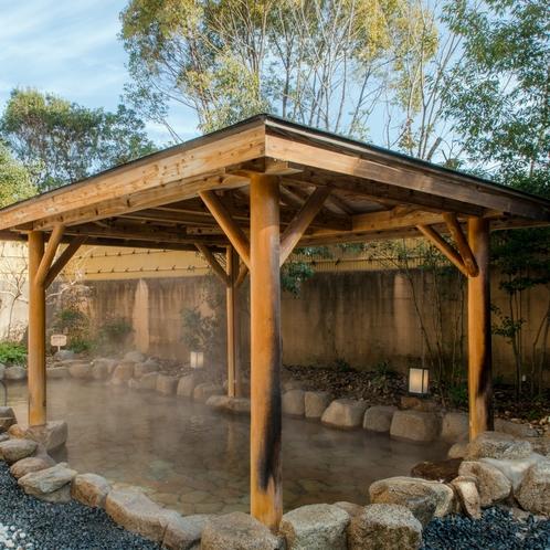 【露天風呂】当ホテルの温泉は、日帰り利用も可能です。温泉をお気軽にお楽しみください。
