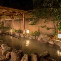 【露天風呂】広々とした温泉で、夜空を見ながら日ごろの疲れをリフレッシュ。